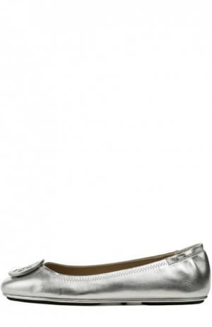 Балетки из металлизированной кожи с декором Tory Burch. Цвет: серебряный