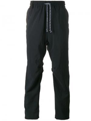 Спортивные брюки White Mountaineering. Цвет: синий