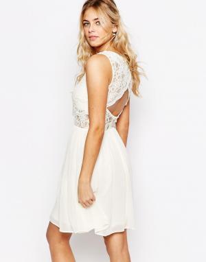 Elise Ryan Платье 2 в 1 с кружевным топом и фестонной отделкой спинки. Цвет: кремовый