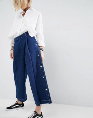 ASOS White Выбеленные синие джинсы с широкими штанинами и пуговицей. Цвет: синий