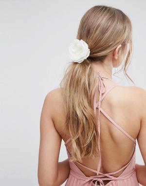 ASOS Заколка для волос с цветочной отделкой Wedding. Цвет: кремовый