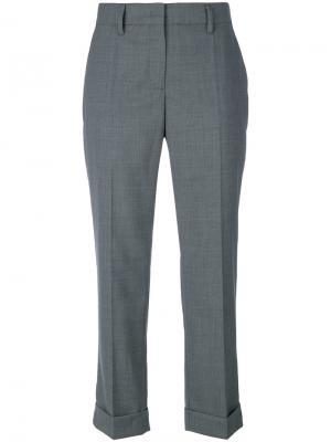 Строгие укороченные брюки Prada. Цвет: серый