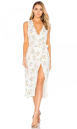 Платье с запахом и асимметричным подолом LAcademie L'Academie. Цвет: белый