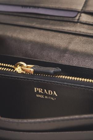 Кожаный кошелек Prada. Цвет: черный