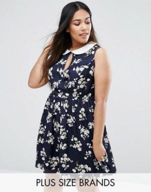 Koko Приталенное платье размера плюс с цветочным принтом. Цвет: темно-синий