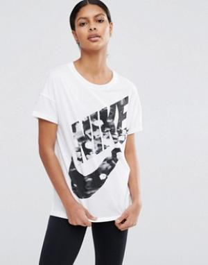 Nike Футболка с короткими рукавами и большим логотипом. Цвет: белый