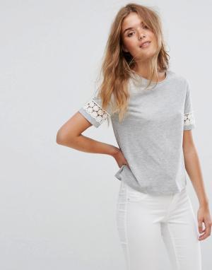 Jack Wills Укороченная футболка с кружевными вставками на рукавах. Цвет: серый