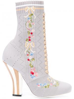 Сапоги в стиле носков Fendi. Цвет: серый