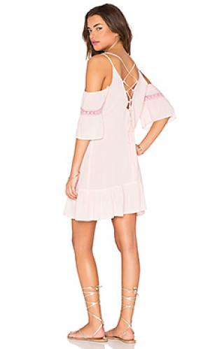 Тонкое платье с открытыми плечами и шнуровкой на спине Lucca Couture. Цвет: розовый