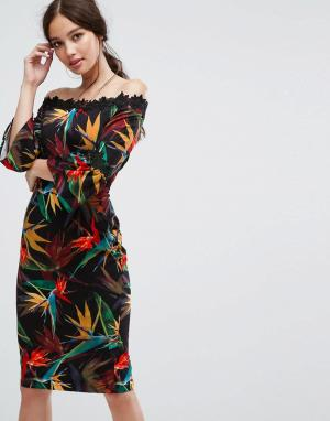 Paper Dolls Платье-футляр с открытыми плечами, принтом и кружевной отделкой. Цвет: мульти