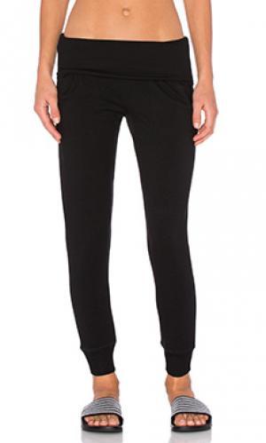 Спортивные брюки из мягкого флиса с закаткой на поясе Beyond Yoga. Цвет: черный
