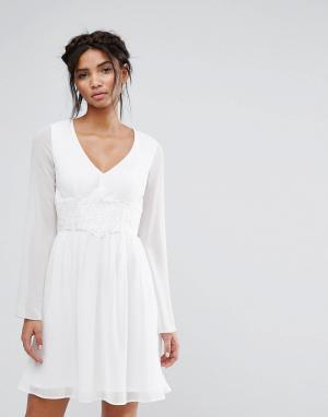 Elise Ryan Короткое приталенное платье с кружевом на талии. Цвет: белый