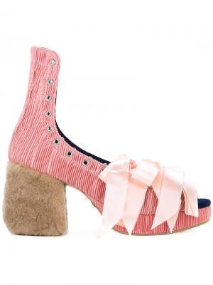 Туфли со шнуровкой на меховом каблуке Mikio Sakabe. Цвет: розовый и фиолетовый