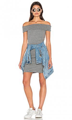 Платье со спущенными плечами Pam & Gela. Цвет: серый