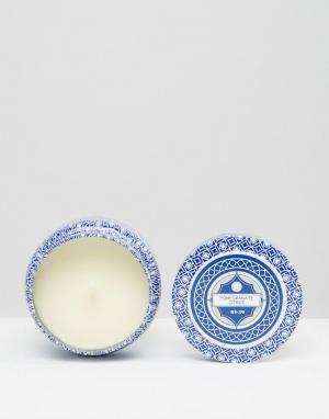 Capri Blue Свеча с ароматом граната в дорожной упаковке. Цвет: гранат/цитрусовый