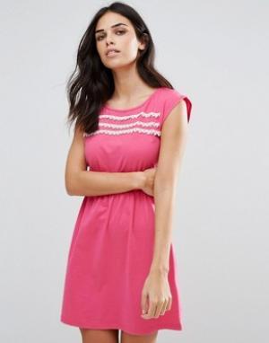 Jasmine Короткое приталенное платье с кружевной отделкой. Цвет: розовый