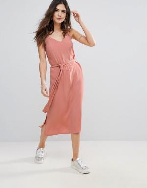 Soaked in Luxury Платье на бретелях с поясом. Цвет: розовый