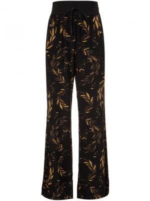 Шелковые брюки с принтом лавровых веток Osklen. Цвет: чёрный