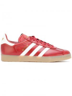 Кеды на шнуровке Adidas Originals. Цвет: красный