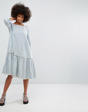 Waven Платье в полоску с оборкой по нижнему краю. Цвет: синий