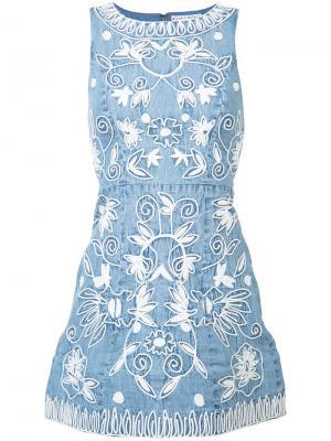 Джинсовое платье с вышивкой Alice+Olivia. Цвет: синий