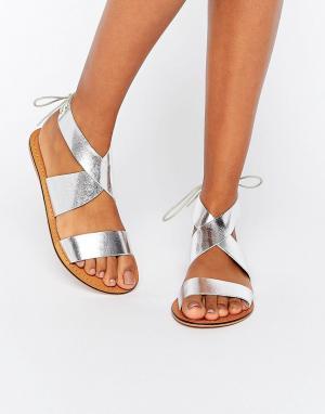 ASOS Кожаные сандалии на шнуровке FRECKLES. Цвет: серебряный