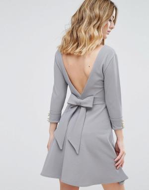 Club L Короткое приталенное платье из крепа с бантом на спине. Цвет: серый