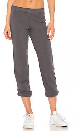 Камуфляжные спортивные брюки с закаткой манжет MONROW. Цвет: уголь