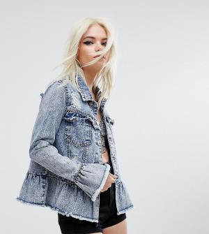 Urban Bliss Petite Потертая джинсовая куртка с оборками. Цвет: синий