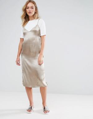 Neon Rose Атласное платье-комбинация миди 2 в 1 с футболкой. Цвет: коричневый