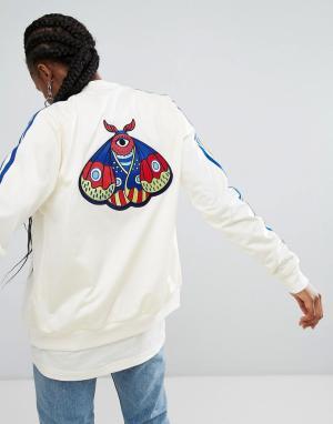 Adidas Originals Бомбер с вышивкой бабочек. Цвет: кремовый