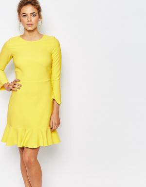 Closet London Платье миди с оборкой вдоль кромки и рукавами 3/4. Цвет: желтый
