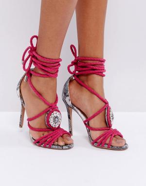 Forever Unique Декорированные босоножки на каблуке с контрастным змеиным узором Forev. Цвет: розовый