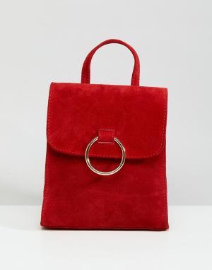 ASOS Миниатюрный замшевый рюкзак с кольцом DESIGN. Цвет: красный