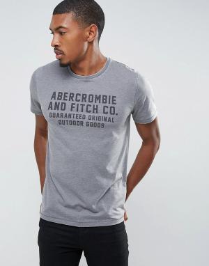Abercrombie & Fitch Серая узкая футболка с логотипом. Цвет: серый