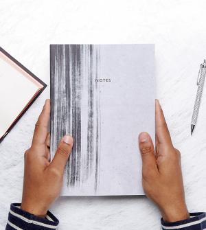 OHH DEER Эксклюзивный блокнот в минималистском стиле с принтом виде разводов. Цвет: мульти