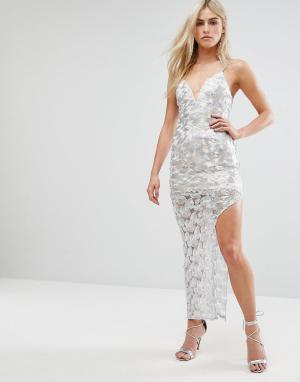 Love Triangle Платье макси цвета металлик с разрезом. Цвет: серебряный
