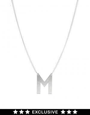 Ожерелье в этническом стиле с буквой M  эксклюзивно для ASOS Finchittida Finch. Цвет: серебряный