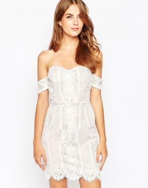 Adelyn Rae Телесно-белое кружевное платье с открытыми плечами. Цвет: белый