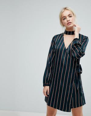 J.O.A Атласное платье в тонкую полоску с запахом и чокером. Цвет: кремовый