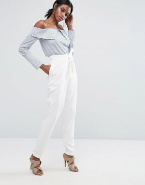 Lavish Alice Приталенные брюки с запахом на поясе. Цвет: белый
