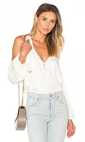 Блуза с v-вырезом и открытыми плечами LAcademie L'Academie. Цвет: белый