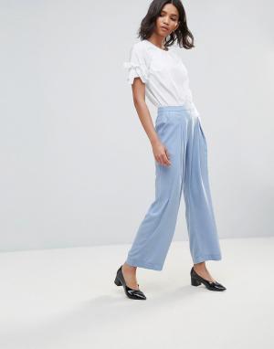 Neon Rose Креповые широкие брюки. Цвет: синий