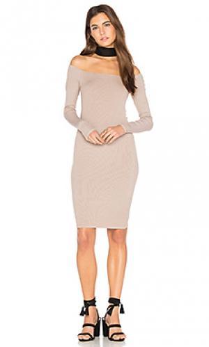 Мини платье в рубчик с открытыми плечами Enza Costa. Цвет: беж