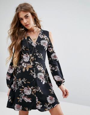 Honey Punch Платье с V-образным вырезом и открытыми плечами. Цвет: черный