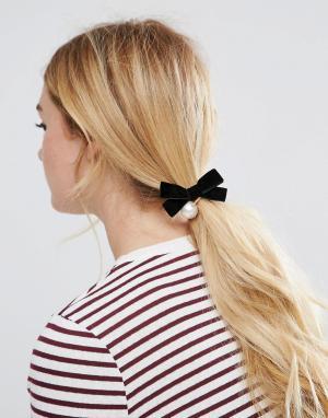 ASOS Резинка для волос с бархатным бантом и искусственным жемчугом. Цвет: кремовый