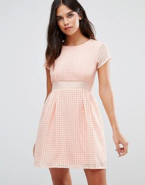 Wal G Короткое приталенное платье из сеточки. Цвет: розовый