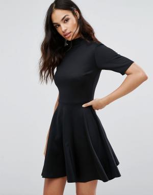 Club L Короткое приталенное платье в офисном стиле с высокой горловиной. Цвет: черный