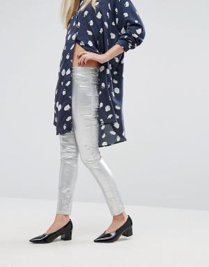 Vila Зауженные джинсы с оттенком металлик. Цвет: серебряный