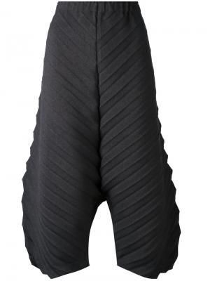 Фактурные укороченные брюки Issey Miyake Cauliflower. Цвет: серый